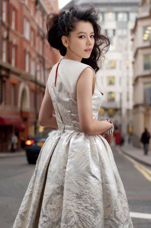 ドレスを着たビビアン・スー