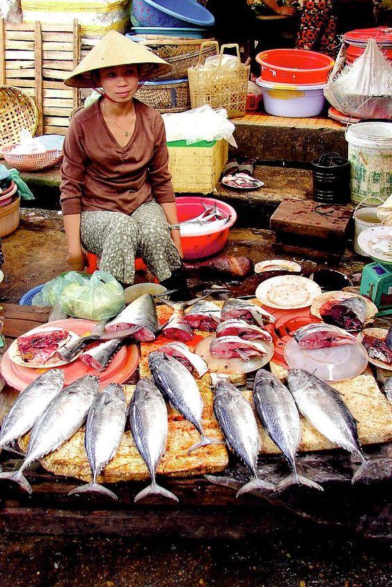 Kulinarische Entdeckungen in Vietnam und Indien  (djd). Wer die Küche eines Landes kostet, lernt seine Menschen kennen. Beides macht gerade in fernen Ländern wie Indien oder Vietnam viel Freude, weil es dort besonders viel Ungewohntes zu entdecken gibt.  Fischverkäuferin auf einem Markt in Saigon. Foto: djd/Karawane Reisen