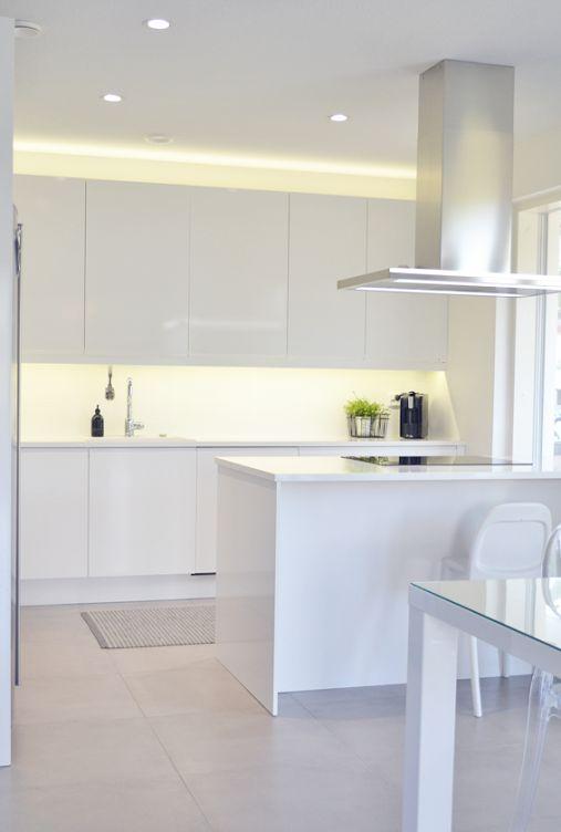Villa Kivitalo Valkoinen keittiö ja ruokatila esittelyssä