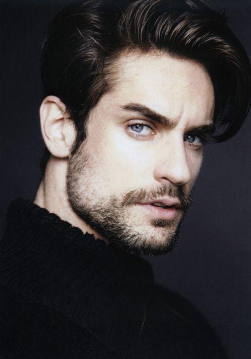 hombre de pelo oscuro, ojos azules y piel clara, clasificado como invierno según la teoría de las estaciones