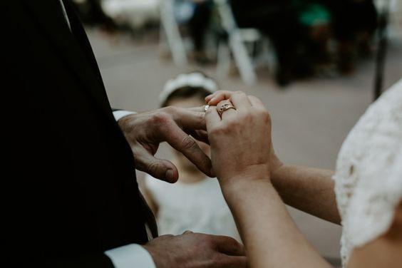Wann Werden Die Ehering Ausgetauscht Ob Katholisch Oder Evangelisch Wir Sagen Dir Wie Die Kirchliche Trauung Kirchliche Trauung Kirchliche Hochzeit Trauung