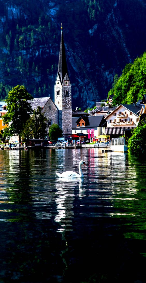 Pequeña ciudad histórica de Hallstatt en las montañas de los Alpes Austria