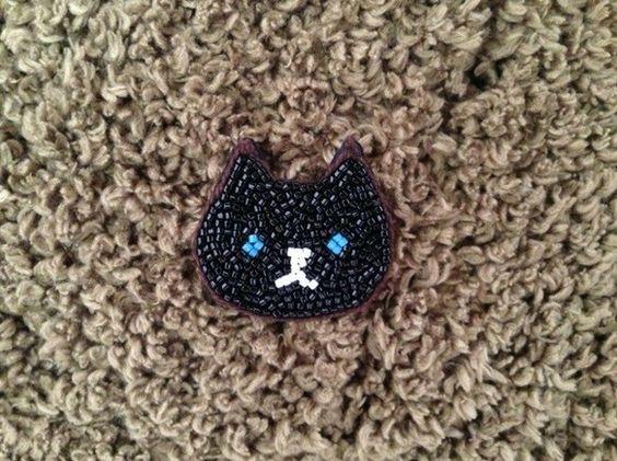 クロネコのブローチイギリスでは黒猫は幸せのシンボルだという青い目のちょっとすました猫ですツヤツヤのビーズでおすまし柄モノにも合わせやすいです素材 : ビーズ、...|ハンドメイド、手作り、手仕事品の通販・販売・購入ならCreema。