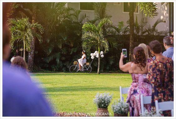 Noiva chegando de bike. 🚲 Bike retrô, com balões. 🚲+🎈 Leveza despretensiosa nesse casamento tão a cara do verão e carnaval.👰🏻🎉 . Simone, você é muito maravilhosa!!! 💕 . #REPOST @marcelovallinfotografia Pense em um casal de noivos divertido, em uma noiva chegando de bicicleta e uma cerimonia realizada em um sítio ao ar livre repleta de pessoas queridas... . #wedding #noivadebike #fotodecasamento #casamentonocampo #casamentoaoarlivre #noivasrj #casamentointimo #veredasépracasar #casandonagr