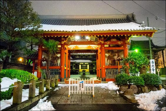 Entre tiendas de marca y edificios de renombre arquitectónico encontramos el templo Zenkoji una isla de paz y tranquilidad entre las bulliciosas calles de Omotesando y Aoyama. Visto así de noche y nevado no parece que estemos en pleno centro de Tokio verdad? || Between top fashion shops and renowned buildings in the world of architecture we find Zenkoji temple an island of peace and quiet in the middle of two of Tokyo's busiest streets Omotesando and Aoyama streets. At night and snowed it…
