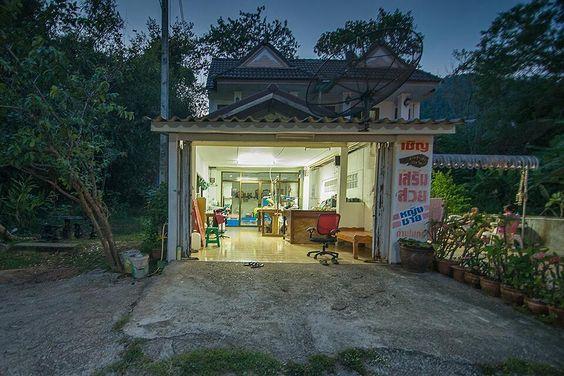 Zakamarki Tajlandii  - małe mieszkania i warsztaty zarazem więcej na blogu: http://ift.tt/2cfnhcH  #krabi #tajlandia #thailand #yazhubal streetphoto #azja #backapackers #nonstopexplore #podroze