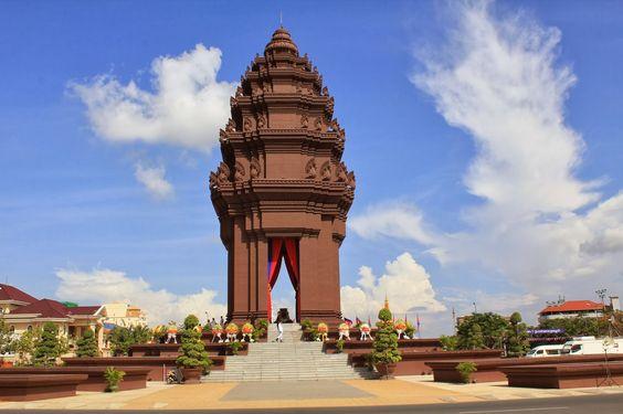 Tượng đài như một đóa hoa sen đang nở giữa trời xanh Phnom Penh