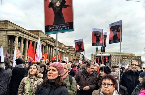 Bei einer Kundgebung auf dem Schlossplatz haben rund 7000 Bürger ein Zeichen gegen Rassismus und Gewalt gesetzt. Ein Bündnis aus 81 Organisationen hatte zur Teilnahme aufgerufen.