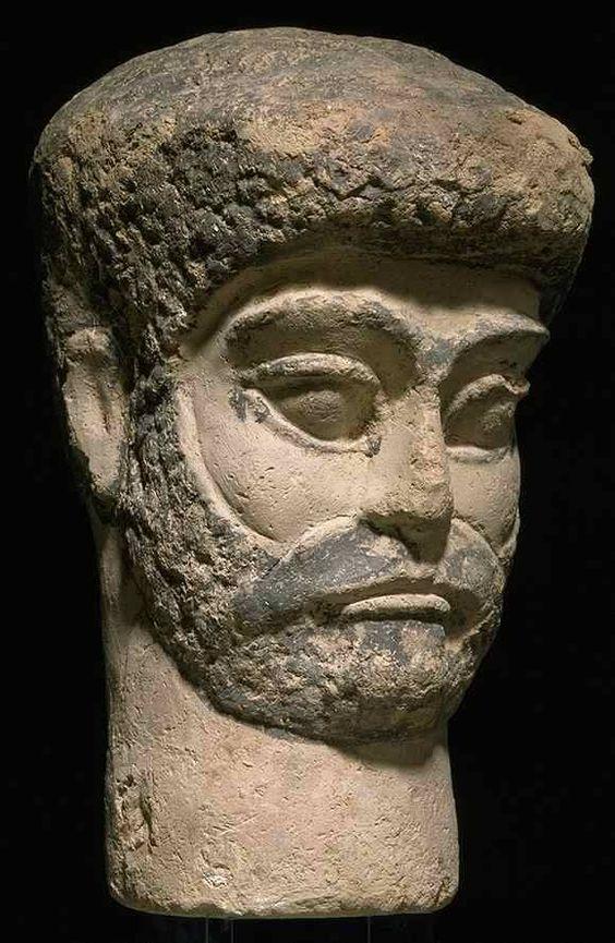 Funerary Head of an Elamite, Susa, 15th-14th centuries BC, painted unbaked clay, H:24 cm, W: 15 cm, Louver museum. سردیس مرد عیلامی، از جنس گله پخته نشده، رنگ آمیزی شده،۱۵۰۰-۱۴۰۰ پیش از میلاد، شوش، محل نگهداری موزه لوور