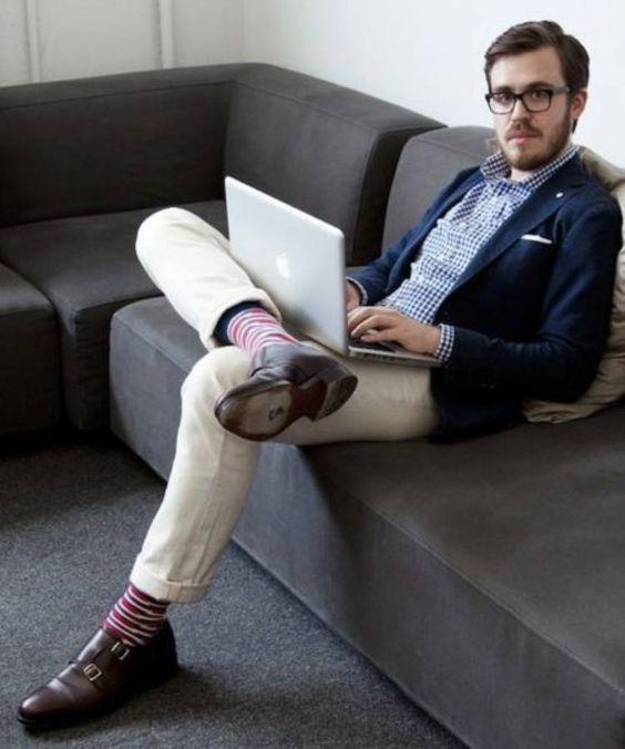Look social estiloso, usando sapato do estilo Monk Strap.