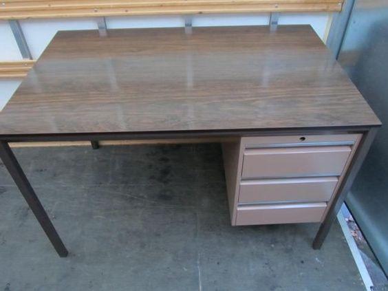Retro vintage metalen roze bureau, 120 cm x 75 cm, 75 cm hoog ( de onderkant is 70 cm hoog)