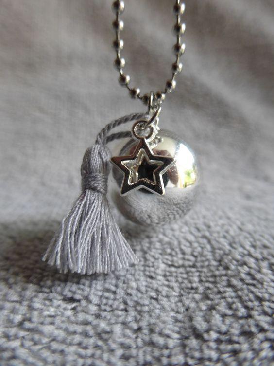 Bola de grossesse lisse argenté, avec un pompon gris en soie et une étoile, en sautoir : Maman par bola-de-grossesse