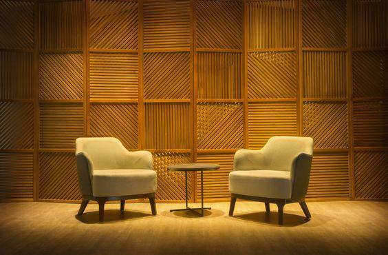 Poltrona Jade e Mesa Lateral Ronda Confortável poltrona com pés de madeira e elegância nas suas curvas. A mesa lateral Ronda resumi o minimalismo desejado por muitos