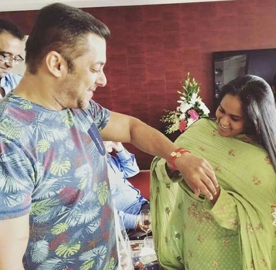 Arpita Khan ties Rakhee on her brother Salman Khan