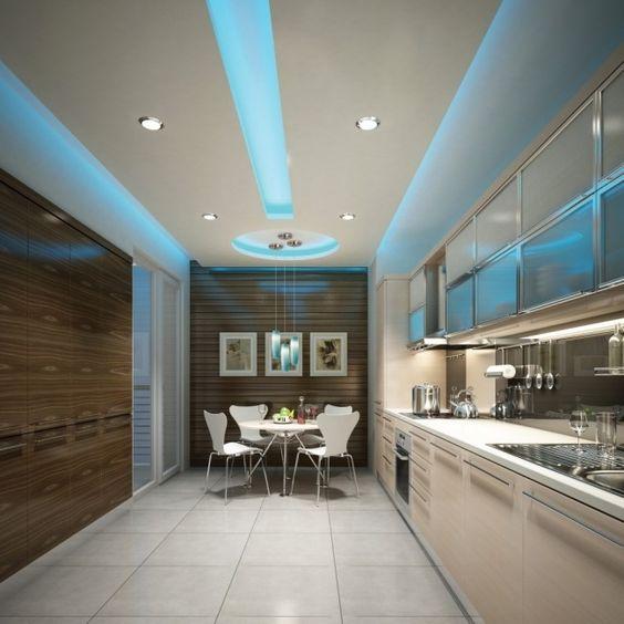 versteckte led deckenbeleuchtung küche blau paneele weiß holz ...
