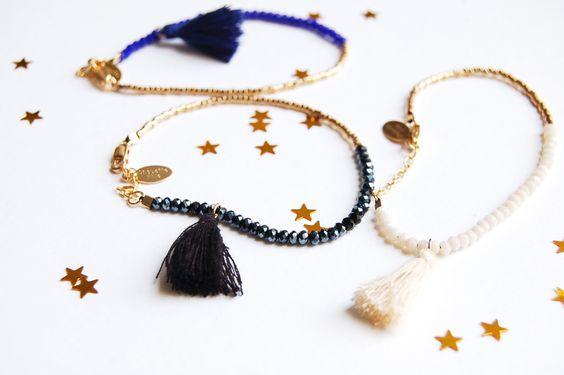 """La collection """"Mini Bijoux"""" s'agrandit avec ce bracelet facile à porter et intemporel.○ Plaqué or○ Longueur totale : 18 cm, dont 2,5cm de chaînette de réglage○ Pompon   mini perles dorées galvanisées (résistantes à l'usure)   perles couleur crème / noir / bleu ou gris.○ Fermoir mousqueton plaqué or○ Envoyé dans son pochon en tissuConseils d'entretien :Pour que votre bijou reste brillant et joli, évitez tout contact avec l'eau et le p..."""