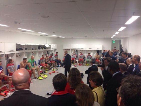 Vice-presidente dos EUA, Joe Biden, conversa com jogadores no vestiário após vitória sobre Gana (Foto: Reprodução / Twitter)