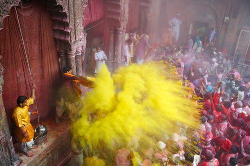 Durante Holi la gente se tira polvos de colores.