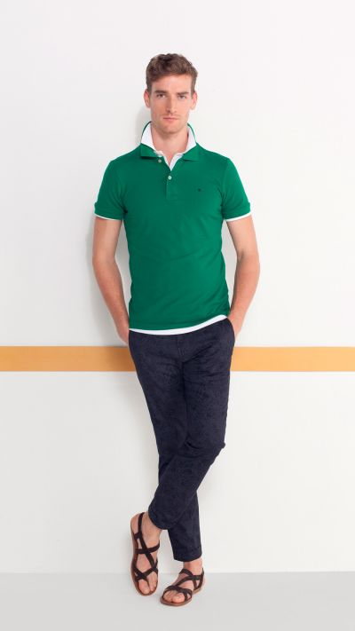 Polo básico en verde, pantalón estampado en azul marino y sandalia de piel.