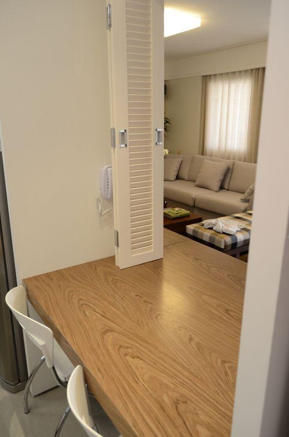 Balcão passa pratos interligando a cozinha com a sala de jantar.