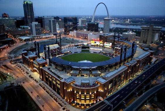 Vamos Busch Stadium para mirar el Cardinals jugar.  Nos recomendamos Busch Stadium  para personajes que nos encanta el béisbol porque es lugar muy divertido.