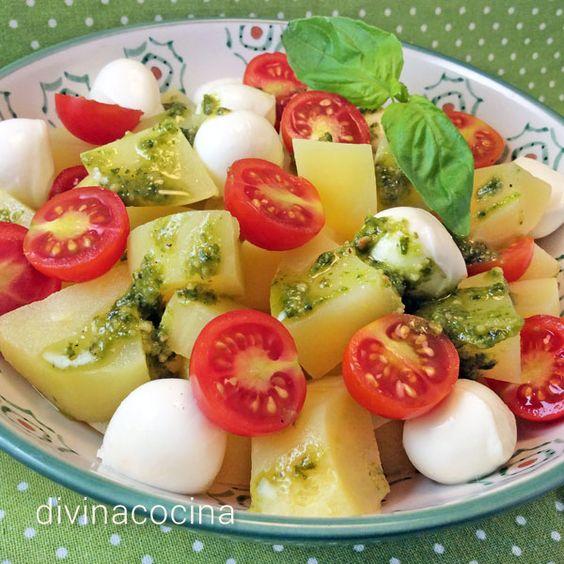 Esta ensalada de patatas al pesto es fresca y natural. El pesto casero tiene más frescura y sabor puedes ahorrar tiempo usando un pesto envasado.