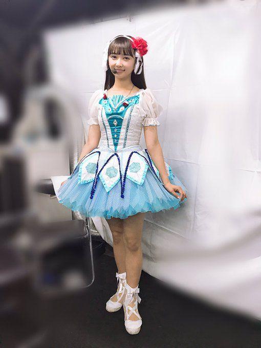 アイドルらしいドレス衣装の小宮有紗