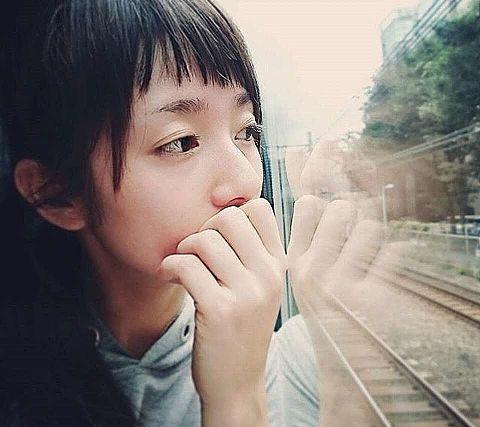 車窓を眺める木村文乃