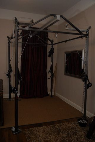 A view of the suspension frame at the dungeon of ms troy for Salon n 6 orleans