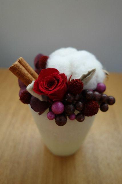香りのあるワックスベースに、綿の実と赤バラ・実物をのせてショートケーキ風に仕上げました。(ワックスベースとはロウで作られた花器です。独特の質感とともに、ローズ...|ハンドメイド、手作り、手仕事品の通販・販売・購入ならCreema。