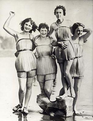 Damesmode. Badpakken van hout, die het zwemmen veel gemakkelijker moeten maken. Haquian (staat Washington), Verenigde Staten van Amerika, 1929. Collectie SPAARNESTAD PHOTO/Het Leven/Fotograaf onbekend