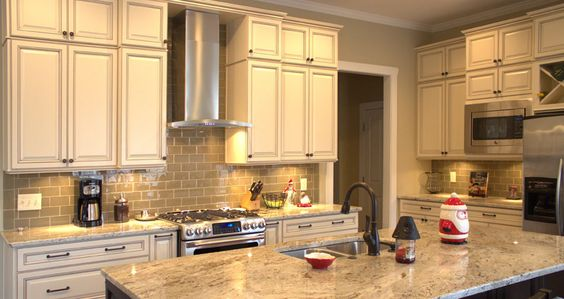 White kitchen cabinets kitchen cabinets and chocolate for Antique white kitchen cabinets with chocolate glaze