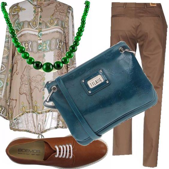 Tutto di Alviero Martini i pantaloni marroni da portare con la casacca lunga, di fantasia quasi etnica, la borsa color petrolio... Le scarpe sono stringate e di taglio maschile, un tocco di civetteria nella collana di agata.