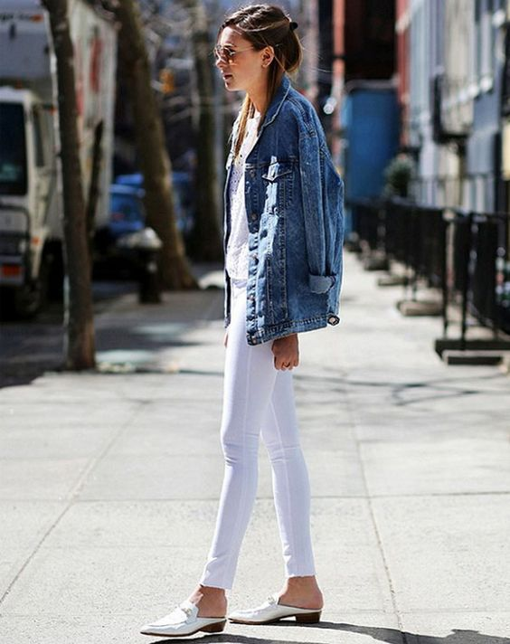 Look Danielle Bernstein todo branco com jaqueta jeans maxi.:
