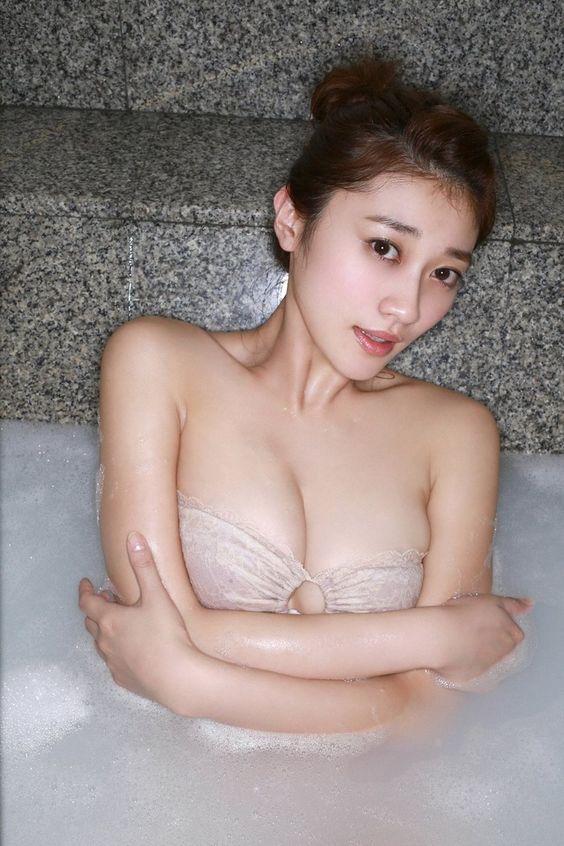 入浴中の原幹恵