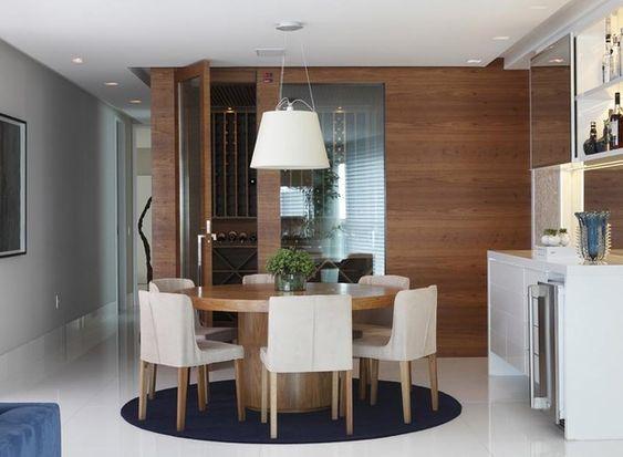 Tons de azul se destacam em apartamento com base neutra