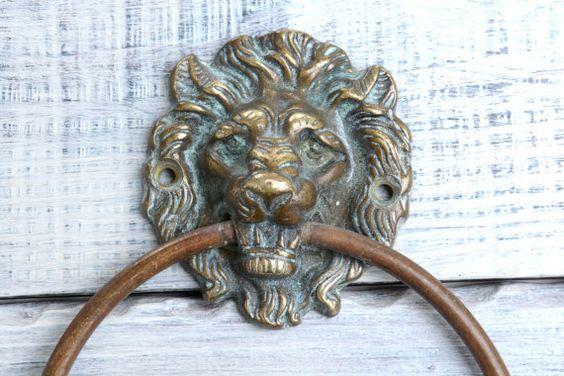 Toallero antiguo de bronce con la cabeza de un león por Brocantebcn #brasstowelrack #brassfigurines