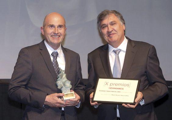 Mejor Acción Social: Solidaridad y Trabajo Virgen del Camino (Soltra). José Antonio Idoeta Madariaga, gerente de Soltra, y Juan Miguel Martínez Gabaldón, director general de Gullón.