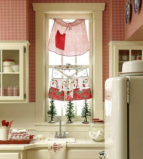 enfeitando a janela com aventais  de Natal...