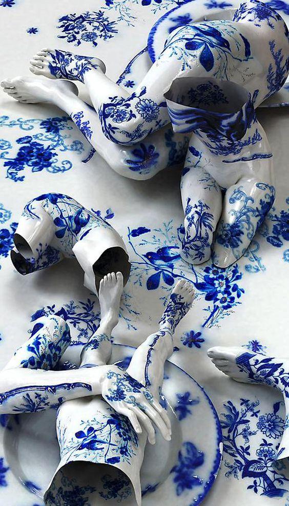 Kim Joon De la porcelaine, formant des partie du corps, et comme design des motifs bleus. J'ai ressenti de la surprise lorsque j'ai vu cette porcelaine, car je trouve que c'est très original de former des parties du corps avec de la porcelaine.