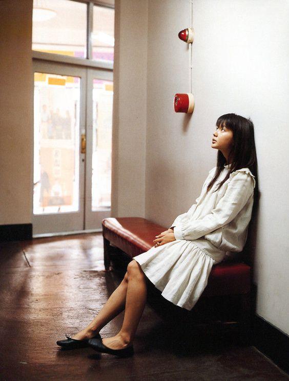 白いワンピースを着て椅子に座っている多部未華子の画像