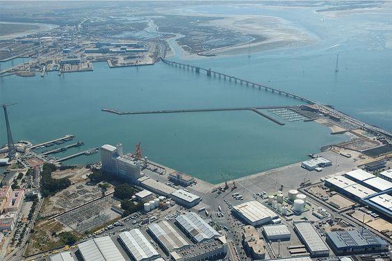 Vista aérea de la Dársena de la Zona Franca con el puente sobre la Bahía y los Muelles de La Cabezuela - Puerto Real en último término