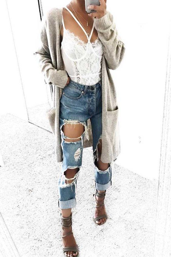 Look espojado com calça jeans destroyed