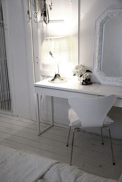 ikea white besta burs desk in high gloss white finish. Black Bedroom Furniture Sets. Home Design Ideas