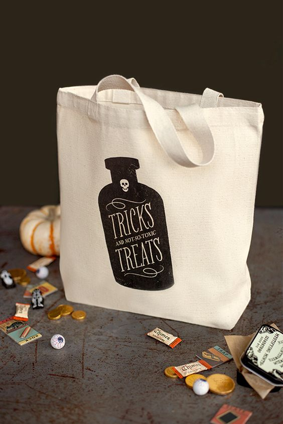 Trick or treat? Halloween tote bag so easy to make with this free printable!
