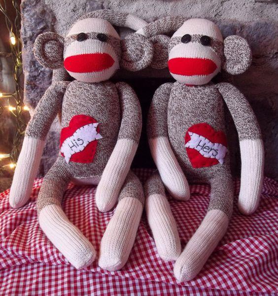 seriously..mr. & mrs. sock monkey...so on my valentine's day list~*
