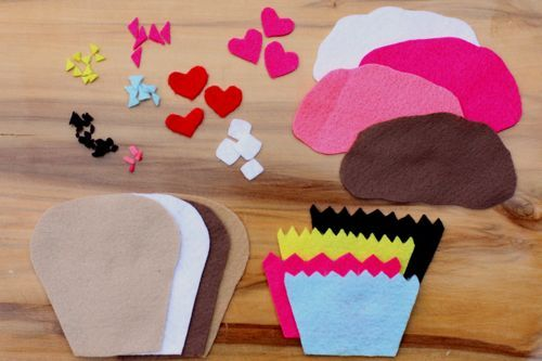Genius! Felt cupcakes...perfect quiet time toy. And no reason you can't make felt pizza or something too. Good for fine motor development and creativity. Also good for Sunday Quiet Activity!