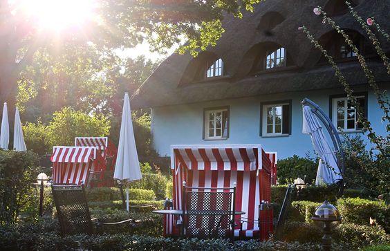 Nur die ersten Strahlen der Morgensonne dürfen den Gast hier leise wecken. Haus Fischerwiege, Frühstücksgarten.