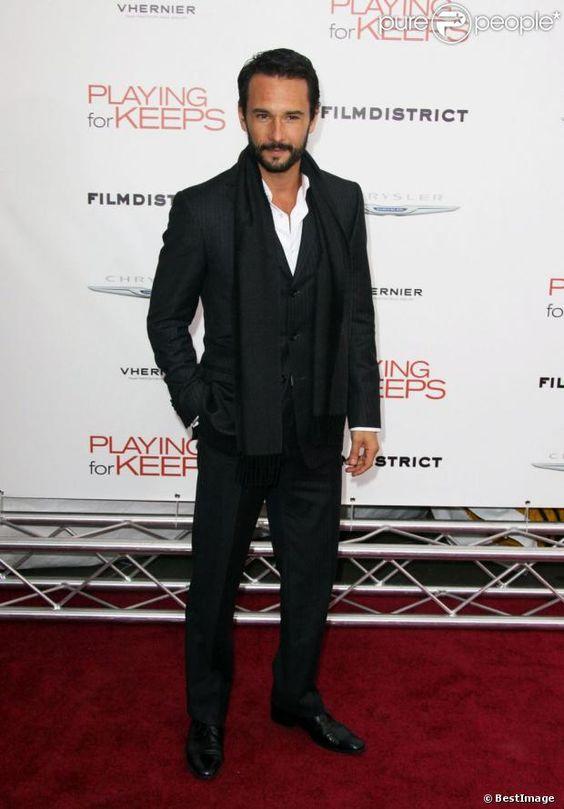 Rodrigo Santoro pose en costard/cravate.