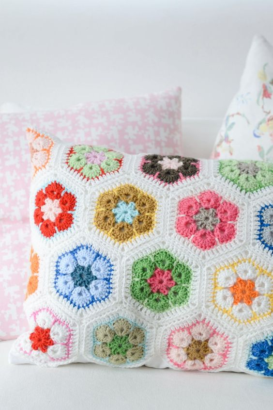 African Flower Pillow By Yvestown - Free Crochet Pattern - (yvestown)